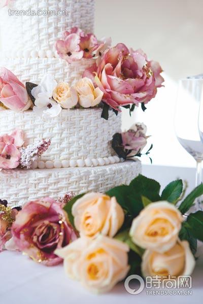 蛋糕创意:设计师选用了布制的花艺玫瑰,装饰的效果也很别具一格,整个