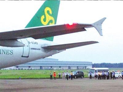 飞机备降至福州,机场已布满警察.乘客供图