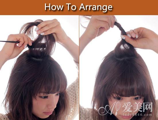 扎发步骤: step1:用卷发棒将头发全部加热卷曲。在脸颊旁卷出内扣的卷发效果。用密齿梳的梳尾将头顶的头发分成Z型。