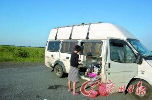 ⑤房车上具备简易的餐饮设施。