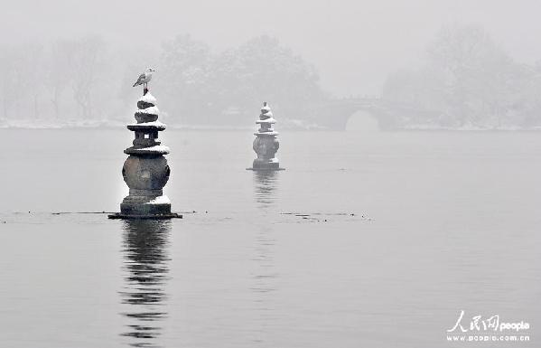 雪中三塔又让呈现出一种特别的韵味,一只湖鸥停在石塔上真可谓又是一道美丽的雪景。来顺兴/人民图片
