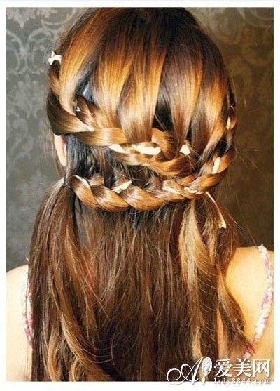 配上魅力的发饰,这款发型就完成了; 韩式披肩发盘发步骤 显现优雅气质