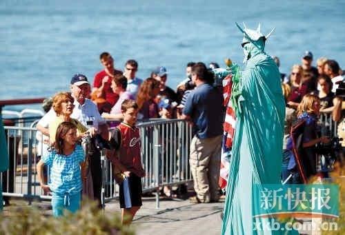 自由女神像关门,游客只好看着艺人扮演的