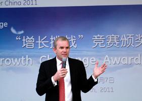 夏智诚在上海参加经济增长颁奖仪式