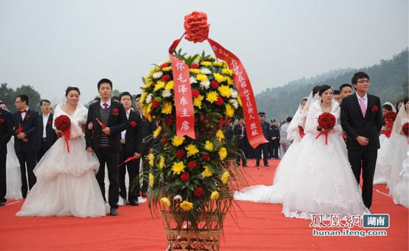 纪念毛泽东诞辰 百位新人韶山举行红色集体婚礼