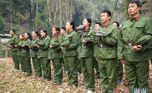 40人体验团徒步翻越老山界 追寻红军长征足迹