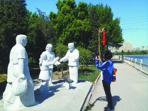 图为朝阳孝亲敬老园内二十四孝故事雕塑之一。童曙泉摄