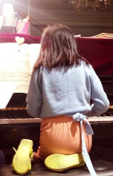 王菲晒李嫣跪弹钢琴照无奈:怎么舒服怎么来