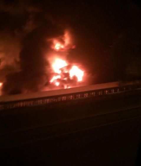 大连金州新区中石油输油主管道爆裂后起火