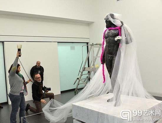 意大利战士雕像被围粉色围巾穿丁字裤惹众怒