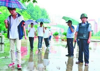 暗访武汉8所学校幼儿园遭遇火眼金睛特警型安保