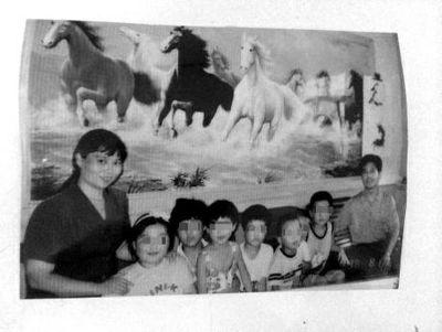 荣兰祥和孔素英1999年前后,与孩子的合影(图中有一名为孔素英姐姐的孩子)