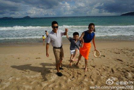 杨威夫妇携杨阳洋海边嬉戏幸福指数爆表(组图)