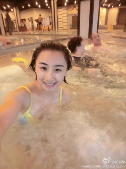 何雯娜与父母泡温泉 露招牌微笑晒泳装美照(图)|何雯娜|何雯娜泡温泉