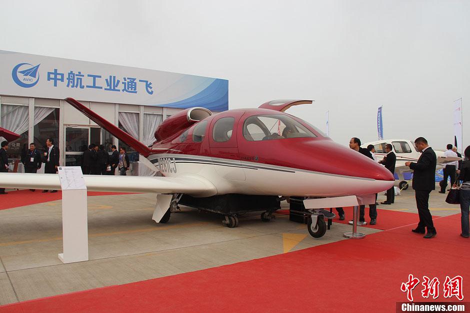 中航通用飞机有限责任公司的领航150飞机大尺寸模型