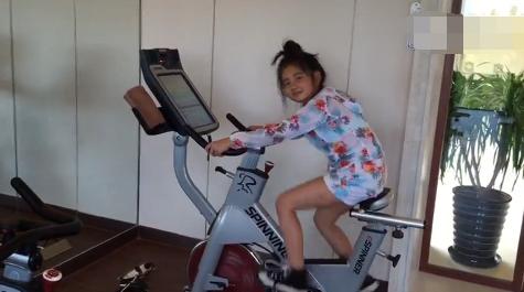 [明星爆料]孙莉带多多健身 妈妈倒立好身手女儿卖力骑单车