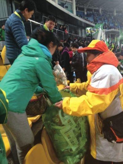 """工体的垃圾袋""""穿上""""绿衣"""