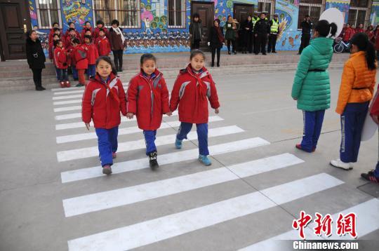 """小学生模拟""""中国式过马路""""家长称孩子比我规矩"""