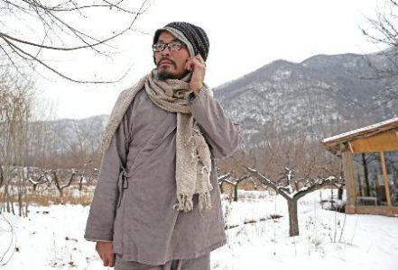 广东男子放弃百万年薪 一身布衣隐修终南山