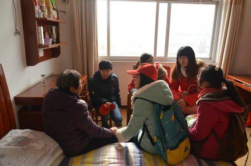 青年志愿者关爱老人-图说 揭开黄冈中学的真实面纱图片