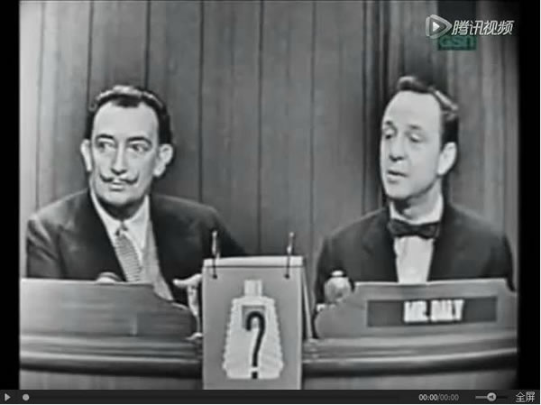 """萨尔瓦多·达利在CBS上世纪五十年代的综艺节目""""What's My Line""""。节目中,四位名人组成讨论小组,用一系列""""Yes or No""""的问题猜出神秘嘉宾的职业。这一期的嘉宾是萨尔瓦多·达利,而小组成员包括美国兰登书屋创始人贝内特·瑟夫"""