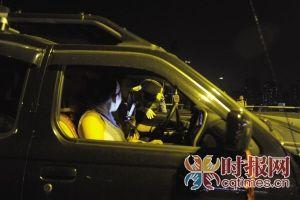 7月10日,记者跟随九龙坡交巡警夜查酒驾,短短2小时,共有6名酒驾人员被查获。