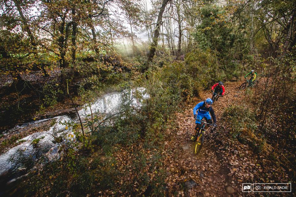 骑行在山上小溪流边的小路