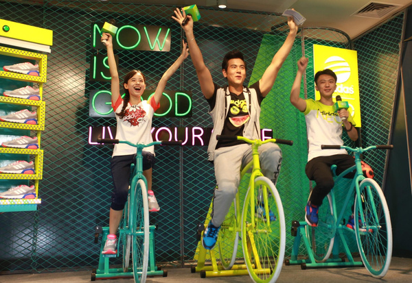 adidas NEO Label 启程趁现在 夏日新鲜货-翻转图案与撞色拼接一次呈现 搭配「一路趁现在」主题,本季NEO为粉丝准备了适合青春出走的最佳型格。充满创意的拼贴Tee通过视觉冲击个性图案,大声传达想要开启新旅程的心声。而以美式校园休闲风为设计灵感的连帽棒球外套和短袖Tee组合,以及NEO最经典的撞色防风外套都为今夏最美丽的邂逅准备好了最具NEO态度的亮眼造型。
