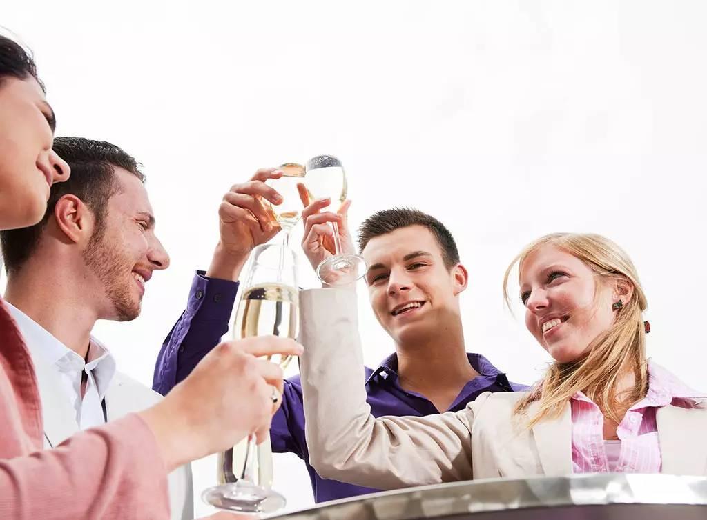 【每日一典】喝酒之前为什么要碰杯?