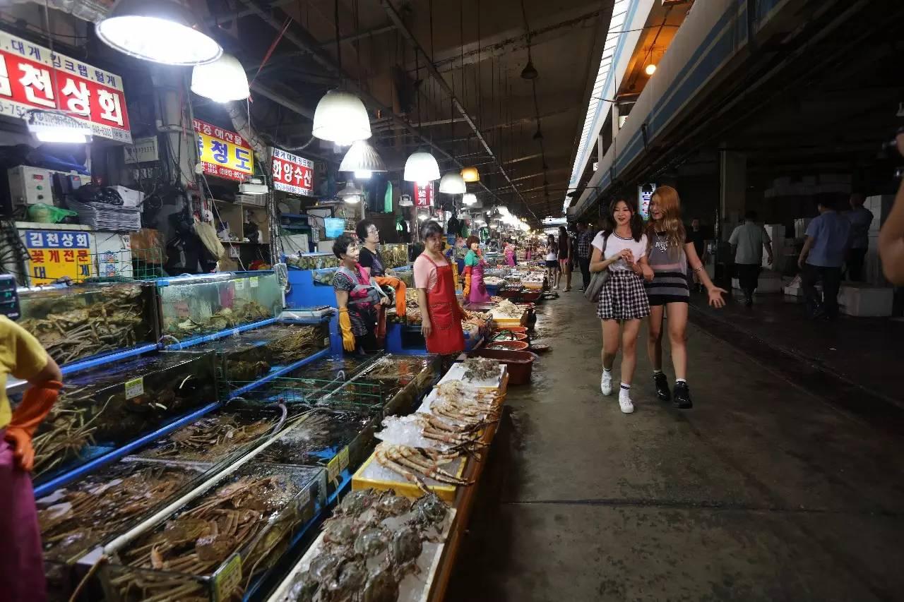 鹭粱津海鲜市场是首尔最大的海鲜批发地