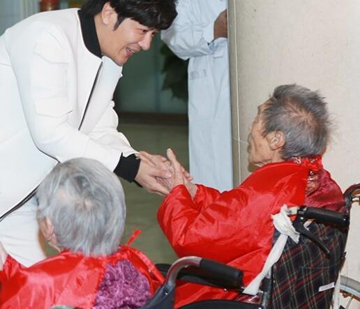 [明星爆料]陈浩民北京养老院探望老人 坦言压力不在金钱(图)