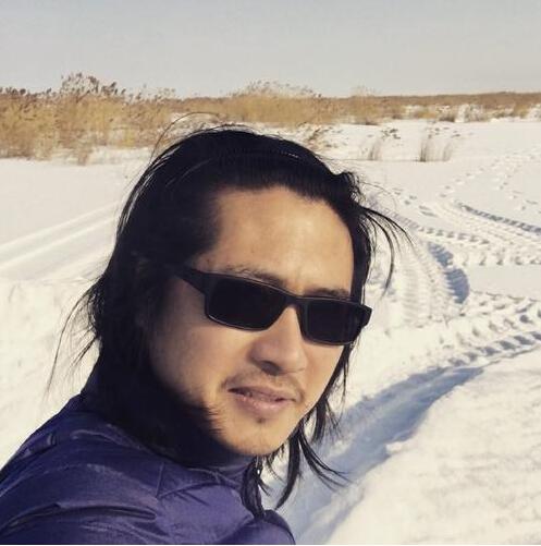 [明星爆料]韩寒晒自拍撞脸腾格尔 网友:知名赛车手转行模仿秀