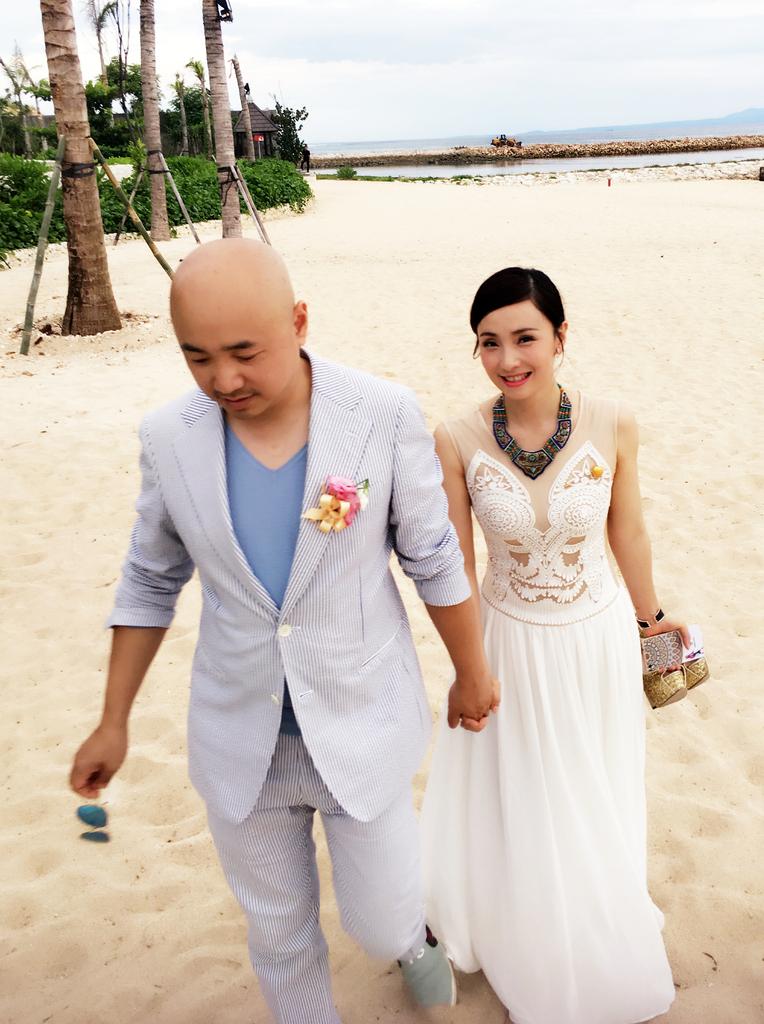 [明星爆料]徐峥牵手爱妻漫步海滩 被路人拍成婚照