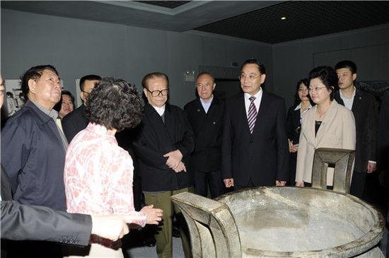 2010年5月17日,江泽民同志视察安徽省博物馆