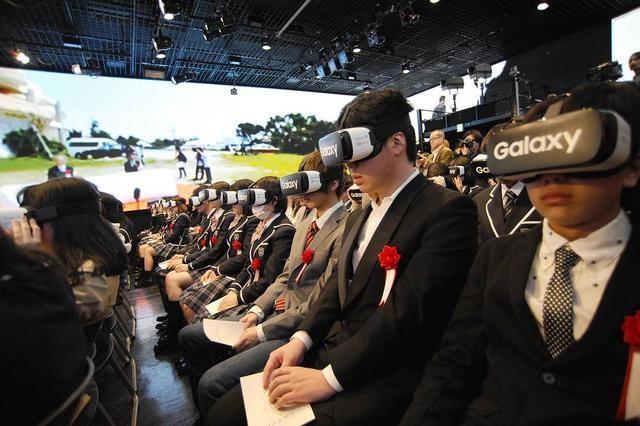 日本高中生戴VR头显开学适合典礼 虚拟现实 日的高中生参加编发图片