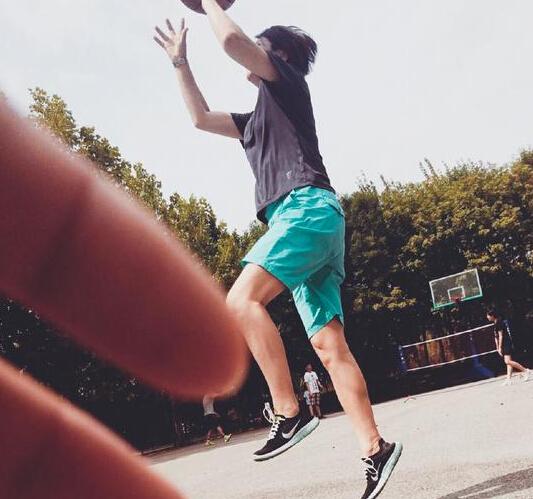 [明星爆料]53岁毛阿敏打篮球 纵身一跃活力足