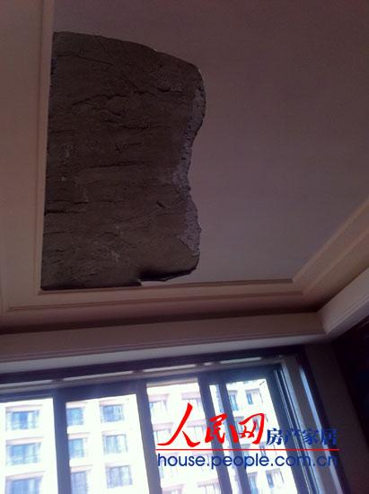 2012年2月18日,太原星河湾业主冯先生家的次卧天棚吊顶突然掉落,索性没有人员受伤。
