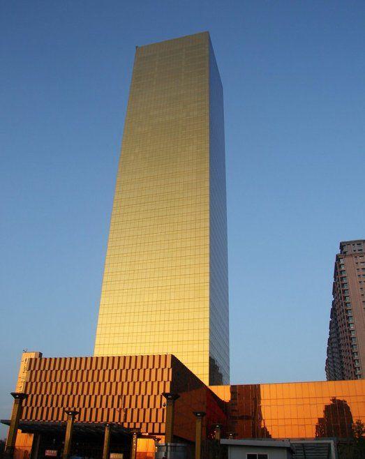 2013年8月25日,在江苏海安县人民广场西侧新建设的一幢外形酷似