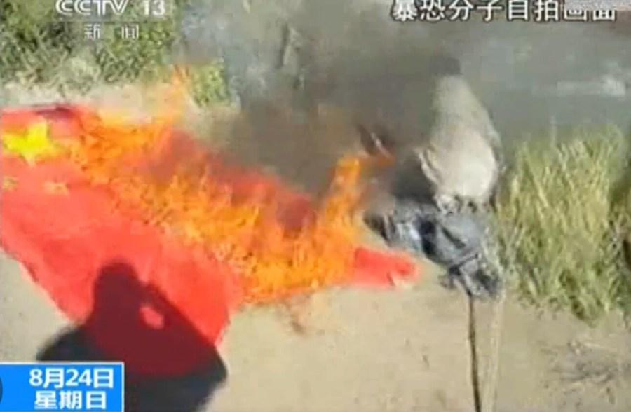 央视曝光恐怖组织焚烧多国国旗视频