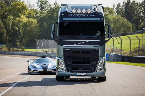 ] --> 沃尔沃卡车的运动基因从来都不是盖的,此次最新的FH拖头配备双离合变速器,无论运动性和拖拽能力都是沃尔沃值得彰显的重点,所以他们约战了瑞典超跑科尼塞克One:1在Knutstorp赛道一比。