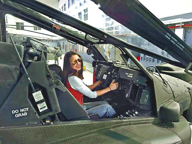 台湾一名陆军中校带辣妈艺人李蒨蓉一家到桃园AH-64E阿帕奇(AH-64E Apache)直升机的维修厂参观,其间竟违纪让他们坐上驾驶舱、戴上最新的头盔拍照,李把照片上载facebook,平时禁止公开的驾驶舱仪器被解密,事件涉泄露军事机密。涉事军官被记3次过外,还将被进一步处罚;桃园地检署昨也介入调查。   目前只有美国及台湾拥有AH-64E阿帕奇直升机,所以军方一直都以该机型号最新、最机密为由,禁止媒体拍摄驾驶舱内部,但36岁的辣妈艺人李蒨蓉周日竟大模大样坐上驾驶舱拍照,并上传到fb,向世界公开军事