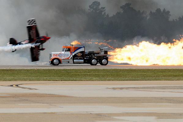 卡车装喷气发动机 和飞机赛跑