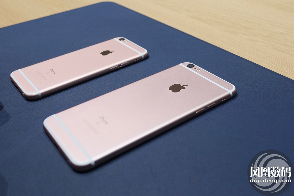 每一次新款手机的发布,比果粉更激动的是黄牛。昨天,钱江晚报记者从通信行业内部人士处打听到了一份最新的苹果iPhone 6s和iPhone 6s Plus的价目表,最贵的128G的iPhone 6s Plus玫瑰金价格达到22800元。不过,根据以往的规律,黄牛手上的价格是一天一个价,如果你并不是那么迫切想要赶时髦,等上几天吧。 这几天,网上流传着不少手写的苹果价目表。昨天,记者在杭州一些通信市场了解后发现,没有商家会给顾客提供如此详细的价目表,店员会根据你想要的款式进行口头报价。其实大家的价格基本上统一的