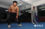 从29岁开始练拳到33岁,贺于周每次训练都是准时赶到拳馆。拉伸、力量、挥拳,贺于周对待训练的态度和他的工作一样兢兢业业,练了4年的他已经满是肌肉。