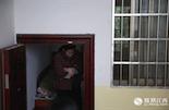 姜红云,18岁时被发现患有精神疾病,和丈夫结婚前症状很轻微,婚后生下女儿小雨(化名),病症变得越来越严重,丈夫忍受不了,两人便离了婚。更加不幸的是,四前年的一个清晨,小雨从33楼一跃而下,结束了自己年仅15岁的生命。