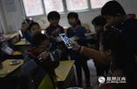 手机对于城市里的孩子们来说,早就不稀奇了,小学生人手一台手机已经成为了标配。但这里的孩子们,只能在中午吃饭的时候,看看老师的手机来满足他们的好奇心。