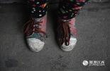 苏老师刚来时,发现小凡连自己的名字都不会写。而且这个孩子,11岁才上2年级,家里还有两个姐姐和一个弟弟。在城市里,有的孩子们都会带上一双专门的双球鞋到体育课上穿。而小凡因为每天要花上一个小时走路来上学,脚上的鞋子却已破旧不堪。