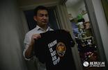 """李鹏达,一名普通的理工科毕业生。小时候,当他第一次看到阿姆斯特朗登月的视频,从此爱上物理学,走上了""""学霸""""的道路。今年,他还特意为自己购买了一件阿波罗号登月的纪念T恤。李鹏达说,小时候自己也梦想过能登上月球,但那个年代,中国还有没宇航员登月的计划。所以他让自己更多地投入于物理知识的学习,梦想能为中国航天业做贡献。"""