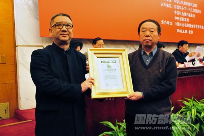 上海大世界吉尼斯总部展示证书:被党和国家领导人接见最多的战士——雷锋