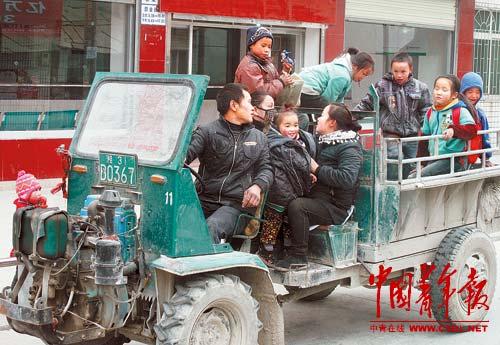 家长开拖拉机接孩子放学